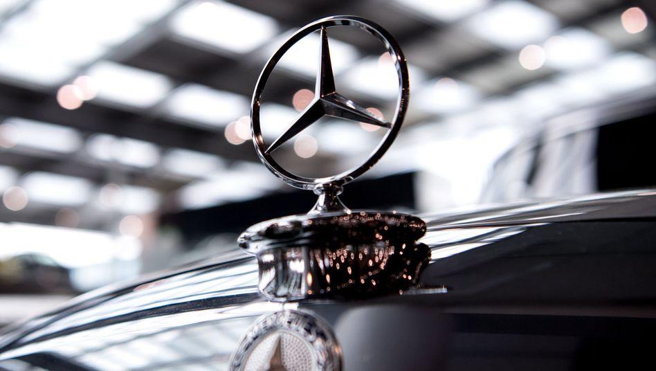 Mercedes-Stern auf einem Oldtimer