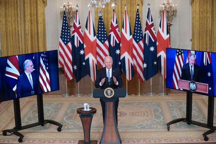 Joe Biden im Weißen Haus, dazugeschaltet sind Scott Morrison (l.) und Boris Johnson