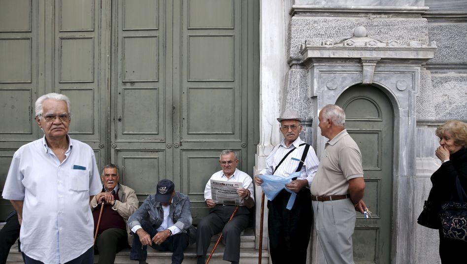 Rentner in Athen warten vor Bankfiliale - am 28. Mai, dem Tag der Rentenzahlung