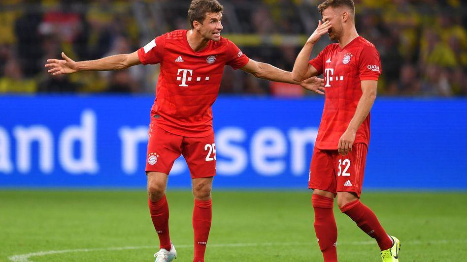 Bayerns Thomas Müller (links) redet gestikulierend auf Joshua Kimmich ein