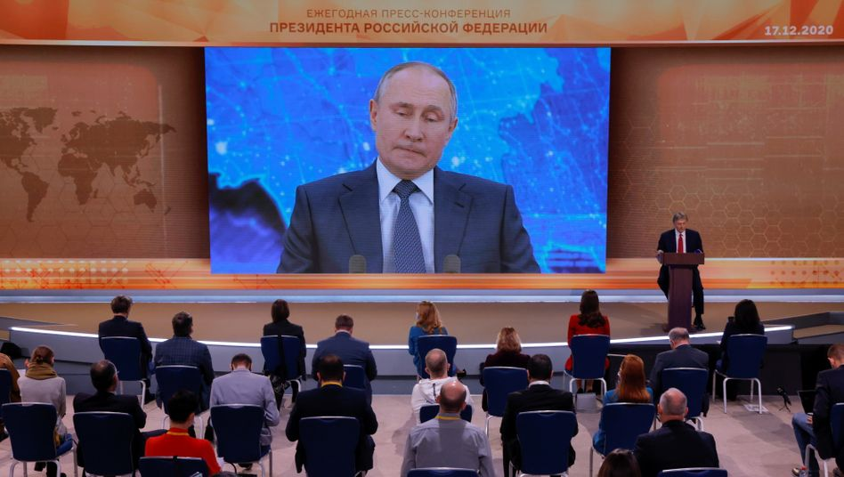 Putins Jahrespressekonferenz, ausnahmsweise locker bestuhlt – und mit Videoverbindung
