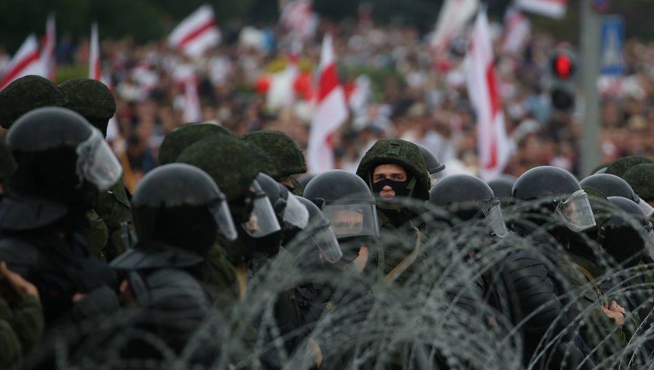 Zehntausende Protestiererzogen friedlich durch die Straßen von Minsk: Die Polizeipräsenz war diesmal groß und sichtbar