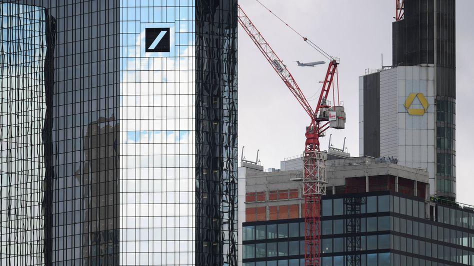 Die Zentralen von Deutscher Bank (l.) und Commerzbank in Frankfurt
