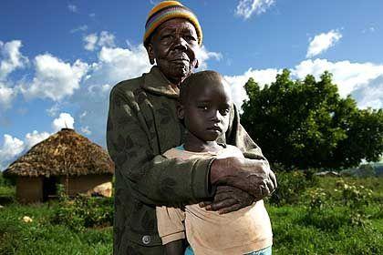 Kenianische Großmutter mit ihrem Enkelkind: Den wahren Kolonialismus sieht Lubega bei den westlichen Philanthropen