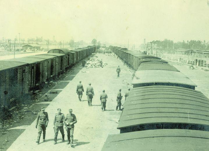 (Foto von Walter vom 29. oder 30.5.1944, Foto 3 des Albums) Die SS-Männer auf der Rampe mimen Betriebsamkeit.