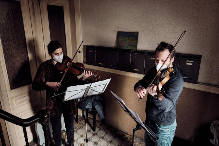 Musicians of the chamber orchestra in one of Frankfurt's staircase: the neighbours have collected money