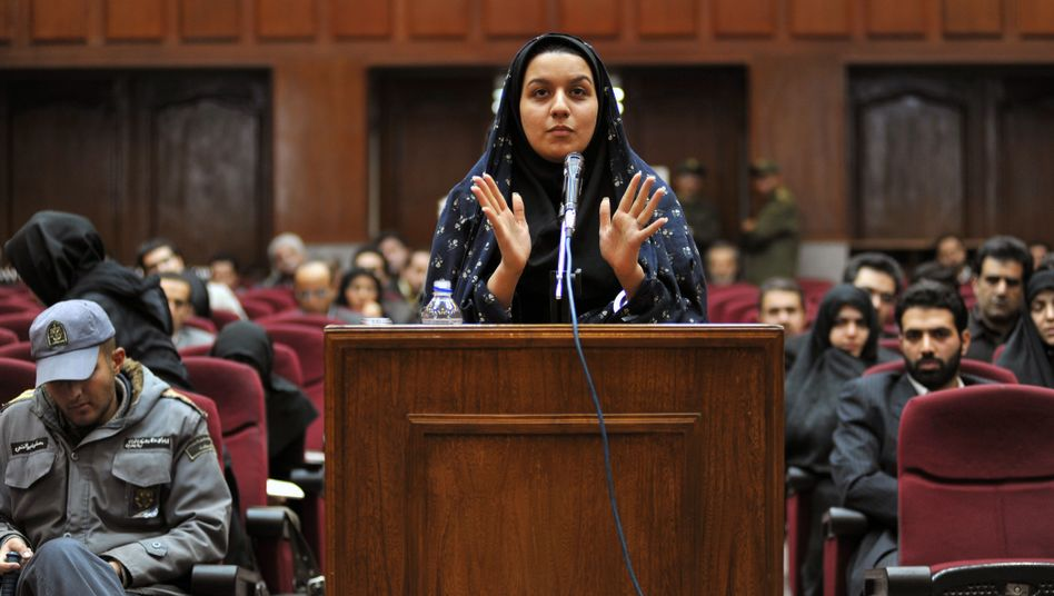 """Reyhaneh Jabbari am 15. Dezember 2008 vor Gericht in Teheran: """"Sie kämpft wie eine Löwin."""""""