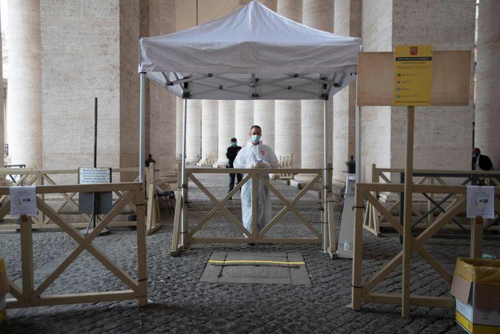 Nach rund zweieinhalb Monaten darf der Petersdom in Rom mit Einschränkungen wieder öffnen