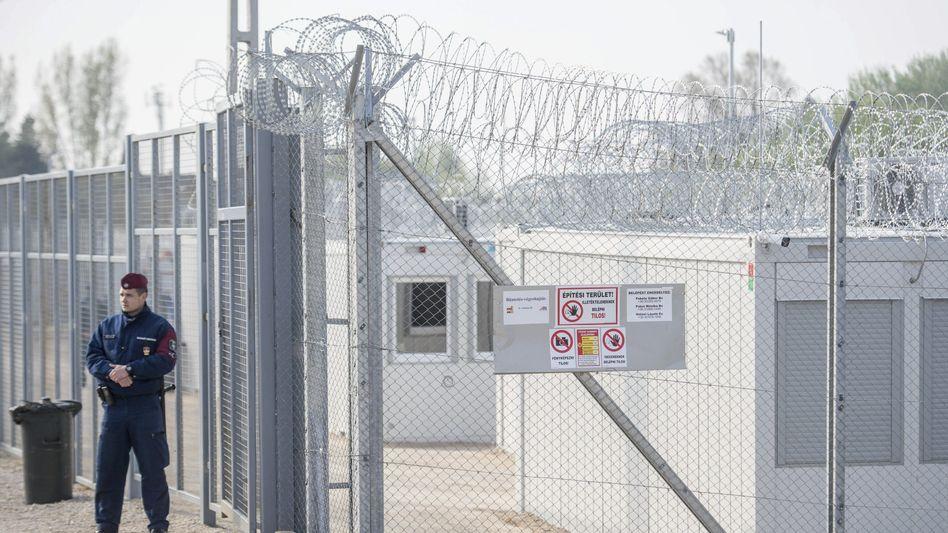 Transitzentrum für Asylsuchende an der ungarisch-serbischen Grenze (Archivfoto)