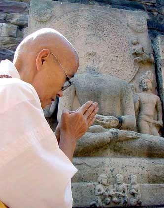 Buddhist vor der Stupa (in Sanchi, Zentralindien): Ein Gewaltherrscher machte die neue Lehre zur Weltreligion