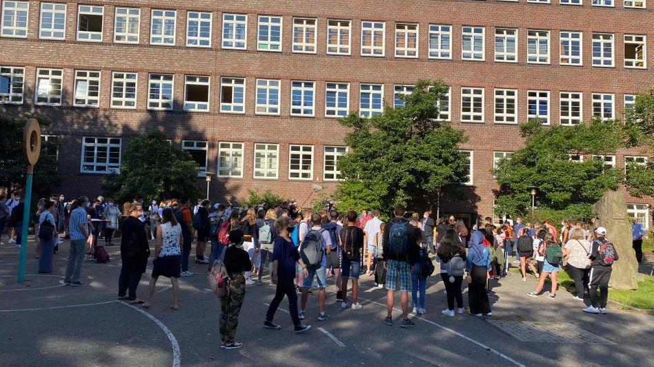 """Begrüßung durch den Schulleiter an der Hamburger Stadtteilschule Alter Teichweg: """"Ich bin richtig froh, dass ihr alle da seid"""""""
