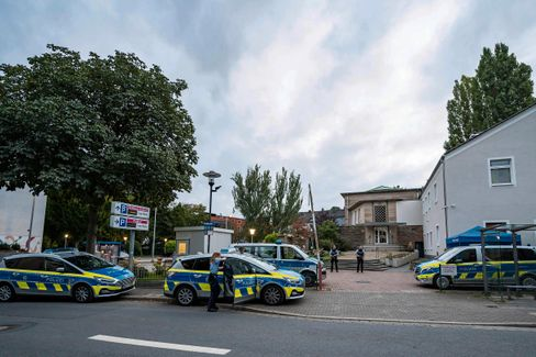 Polizisten vor der Synagoge in Hagen