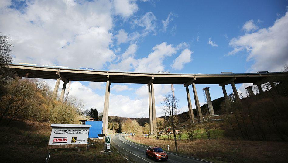 A45-Brücke in NRW: Pfeiler kommen auf Schiebebahnen
