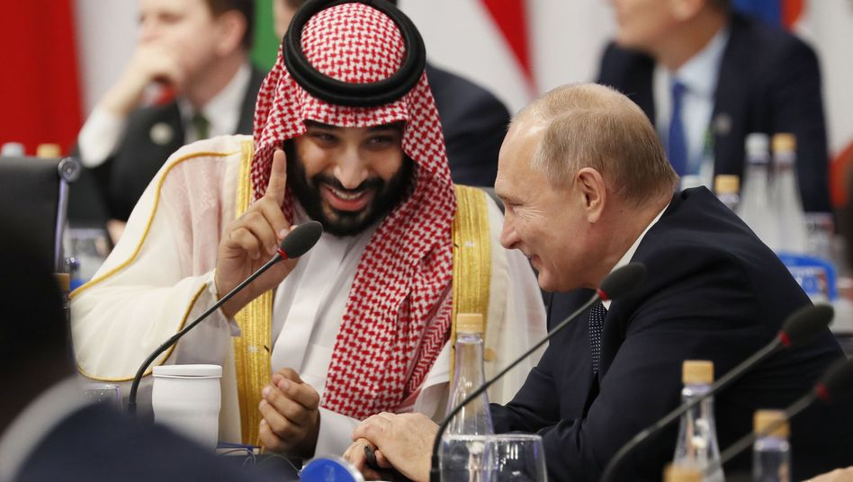 Mohammed bin Salman, Kronprinz von Saudi-Arabien, Wladimir Putin (r.)
