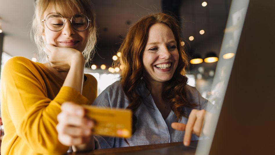 Kreditkarten sind bei Onlinebestellungen häufig mit Vergünstigungen verknüpft, aber nie wirklich gratis