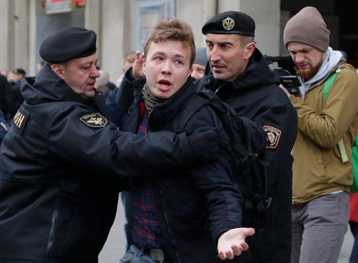 Polizisten nehmen den Oppositionellen Roman Protasewitsch fest
