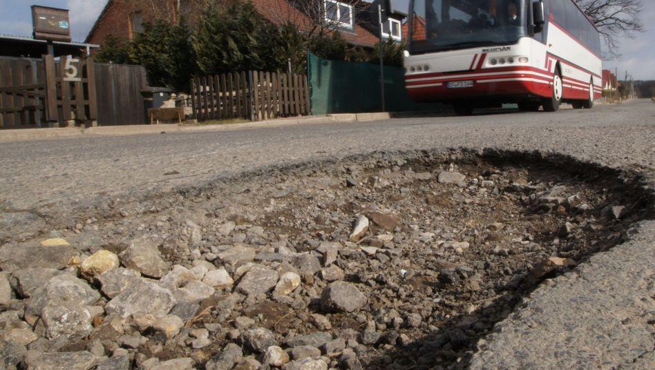 Marode Straße (in Thüringen): Kein Geld, um Löcher zu stopfen