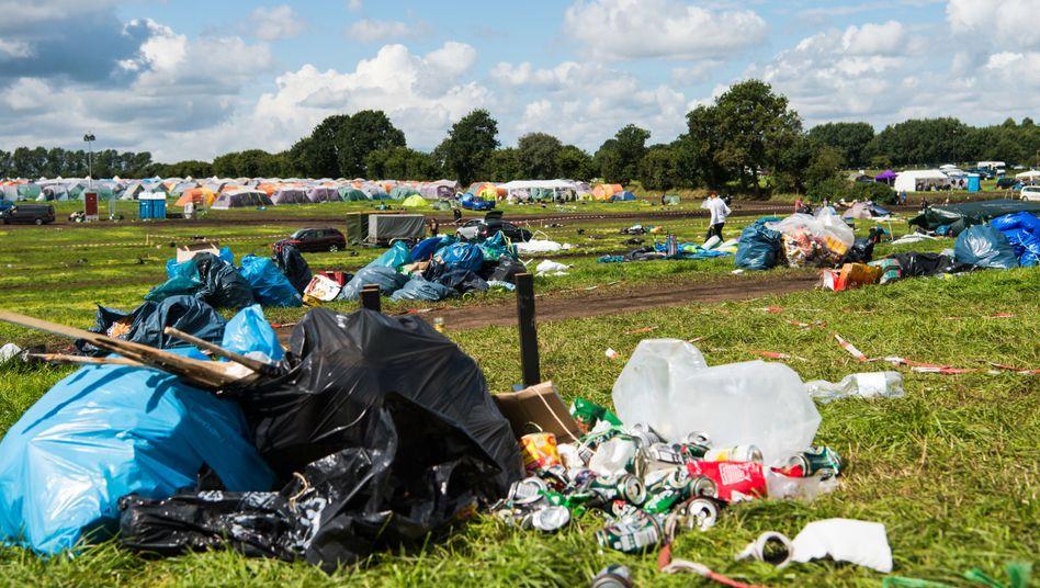 Müll liegt auf dem Festivalgelände, nachdem die meisten Gäste abgereist sind.