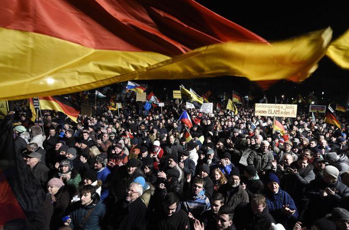 Pegida-Demo (am 12. Januar): Mehr als 20.000 Menschen auf der Straße