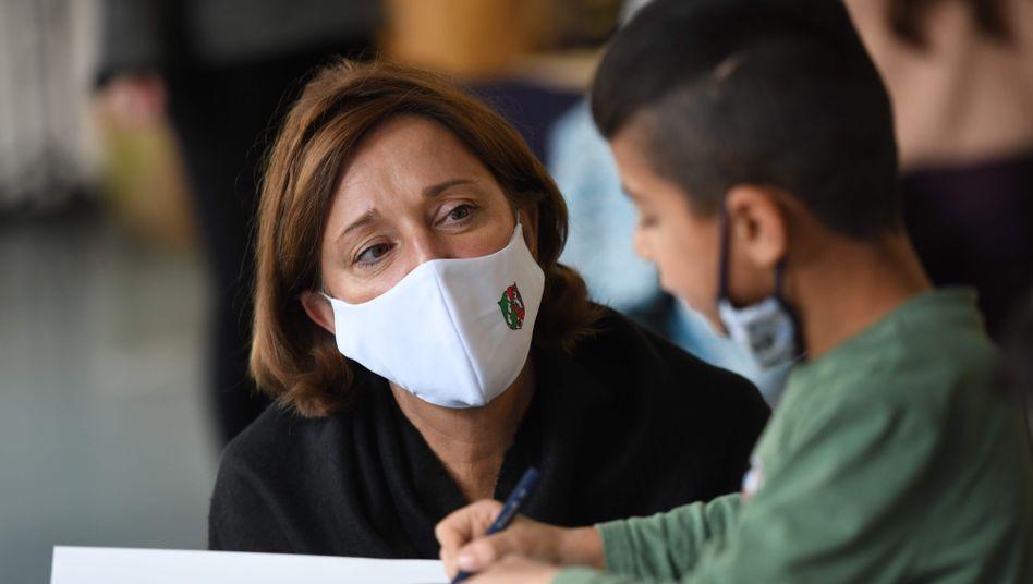 Bedenken first: NRW-Bildungsministerin Yvonne Gebauer (bei einem Schulbesuch im Oktober 2020 in Ratingen)