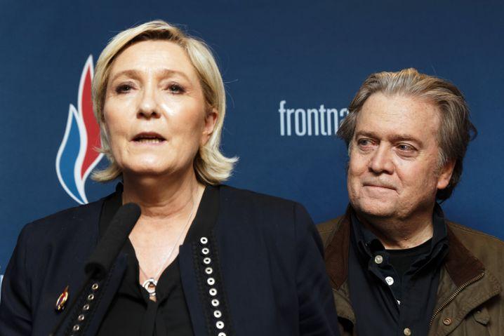Marine Le Pen und Steve Bannon (von rechts nach rechts)