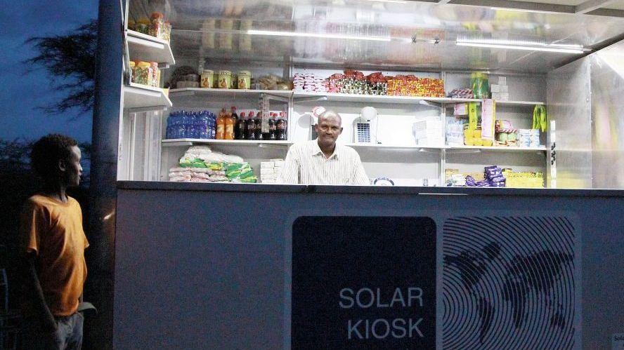 Dalu Kabato in seinem Kiosk