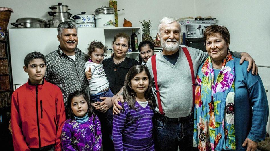 Helfer Schüren (2. v. r.) mit Ehefrau (r.), Flüchtling Mohamad (2. v. l. ) mit Familie: »Sie kriegen in wenigen Tagen einen Rückruf«
