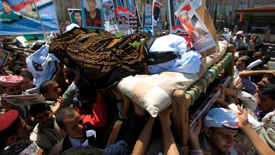 Demonstranten tragen Todesopfer durch Sanaa: Eskalation der Gewalt