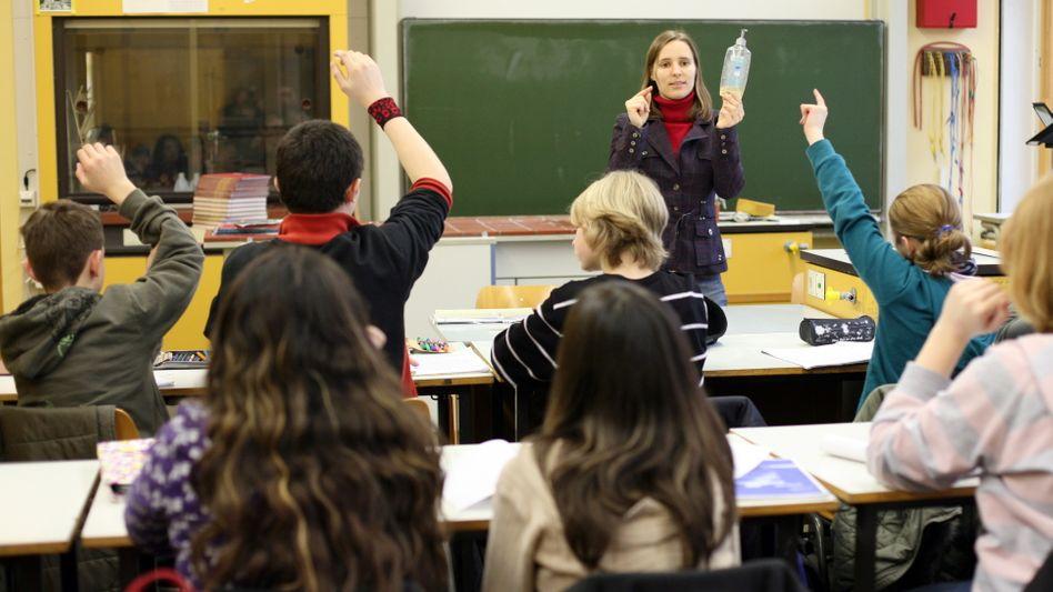 Schüler im Chemieunterricht (Symbolbild): Unfall beim Experimentieren mit Brom