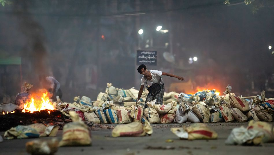 Straßenblockaden, Schüsse, Tote: die Demonstrationen in Myanmar eskalieren