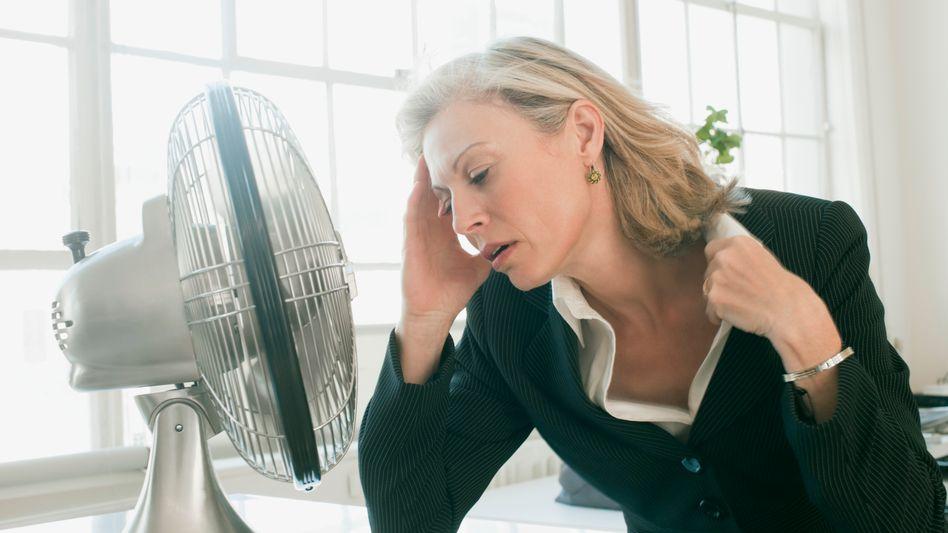Hitzewallungen in den Wechseljahren: Frauen sollten in Absprache mit ihrem Arzt nach der richtigen Therapie suchen