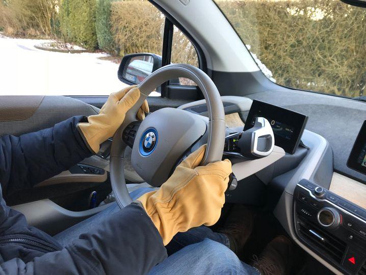 Handschuhe statt Lenkradheizung im BMW i3