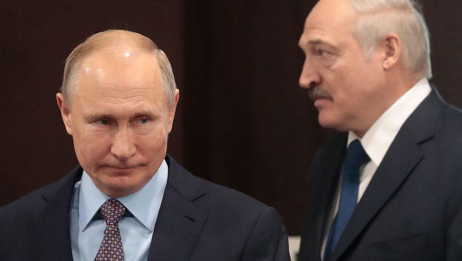 Putin und Lukaschenko bei einem Treffen 2019: Bei den Gesprächen in Sotchi waren Kremlangaben zufolge keine Journalisten zugelassen