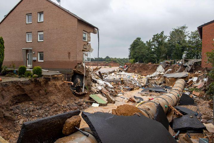 Aufnahme aus Erftstadt-Blessem: In dem Stadtteil hat es einen massiven Erdrutsch gegeben. Die Behörden sprechen von mehreren Todesopfern.