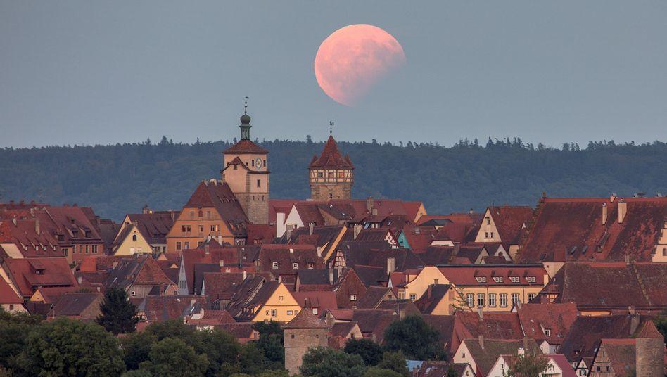 Partielle Mondfinsternis in Rothenburg ob der Tauber (Bayern) im August 2017
