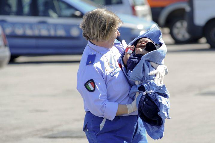 Auch Babys kommen auf den Schmugglerschiffen an - hier kümmert sich eine Krankenschwester in Palermo