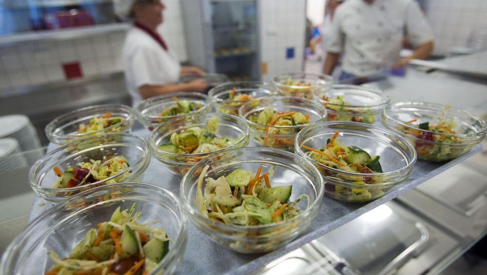 Essensausgabe in Schulmensa: Auslöser der Epidemie weiterhin unbekannt
