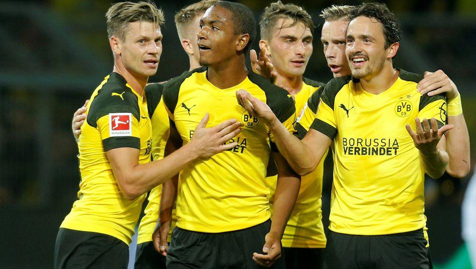Dortmunds Abdou Diallo (vorne, Mitte) und Teamkollegen