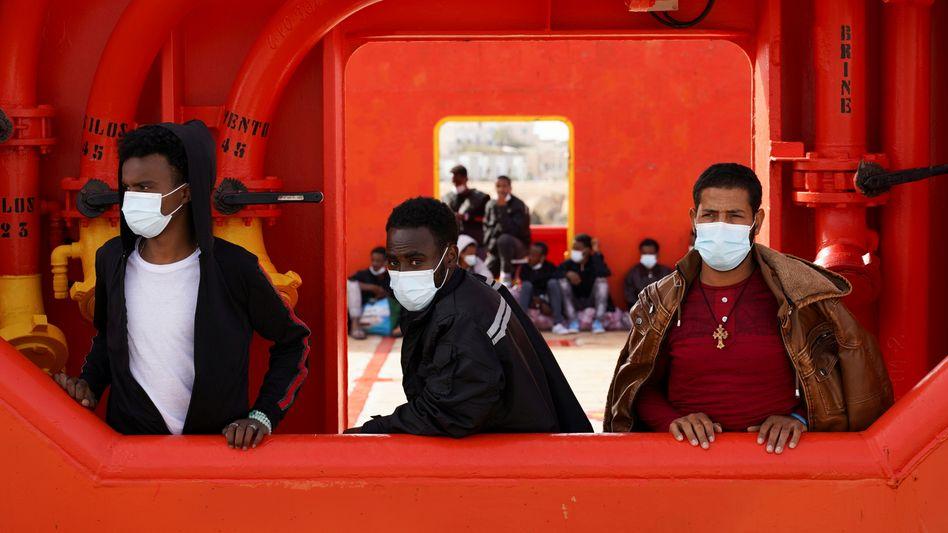 Geflüchtete werden per Boot von Lampedusa auf ein Quarantäneschiff verbracht