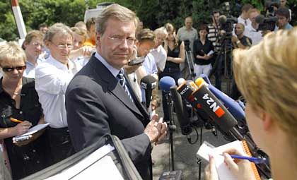 In this drama, Lower Saxony Governor Christian Wulff seems to be playing the leading tough guy role.