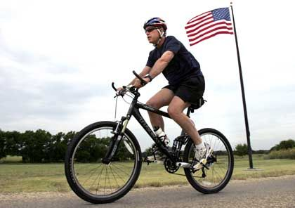 """US-PräsidentBush (hier beim Radfahren in Texas): """"Danke, Jungs!"""""""