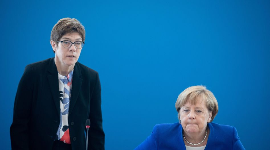 """Annegret Kramp-Karrenbauer und Angela Merkel: Kein """"mutwilliger Wechsel"""" im Kanzleramt"""