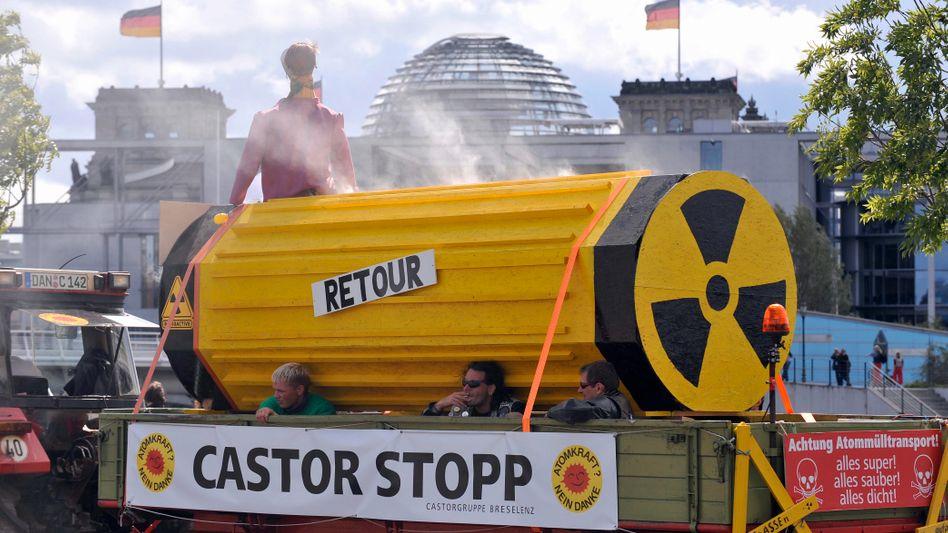 """Demonstranten mit Castor-Nachbildung (Archivbild): """"Castor schottern"""""""