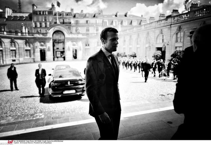 Präsident Macron im Hof des Élysée-Palasts: Gegen eine gewisse Hybris nicht gefeit