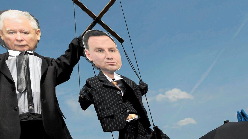 Strippenzieher Jaroslaw Kaczynskiund seine Marionetten: Die frühere Regierungschefin Beata Szydlo und Präsident Andrzej Duda (Archivbild von 2017)