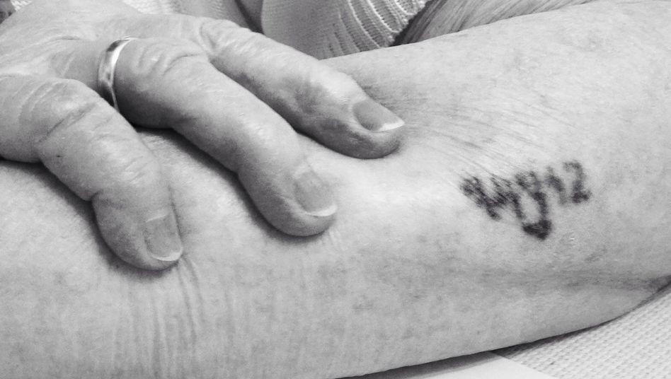 Frieda F., 98, zeigt die Ziffern, die ihr vor mehr als 75 Jahren in Auschwitz in die Haut geritzt wurden
