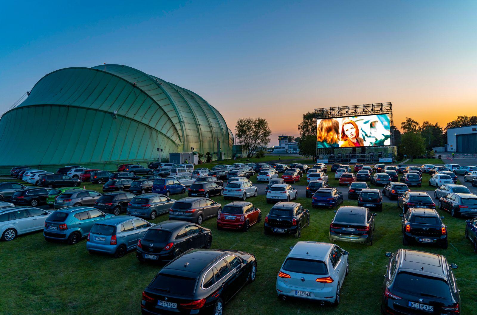 Autokino am Flughafen Essen/Mülheim Motor Movies, temporäre Filmvorführung, am WDL Luftschiff Hangar, Veranstaltung unte