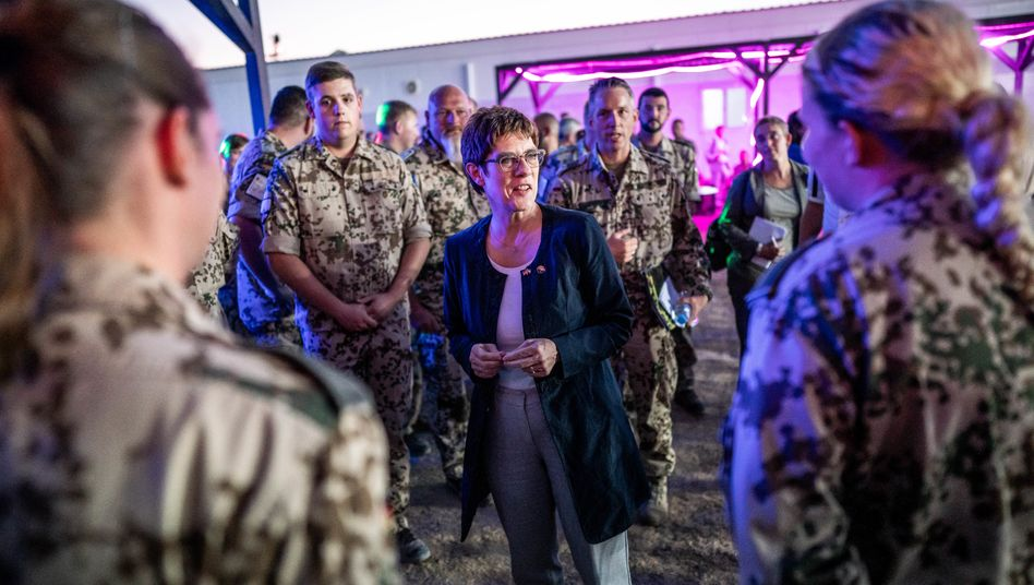 Bundesverteidigungsministerin Annegret Kramp-Karrenbauer (CDU) im August 2019 mit Bundeswehrsoldaten in Al Asrak, Jordanien