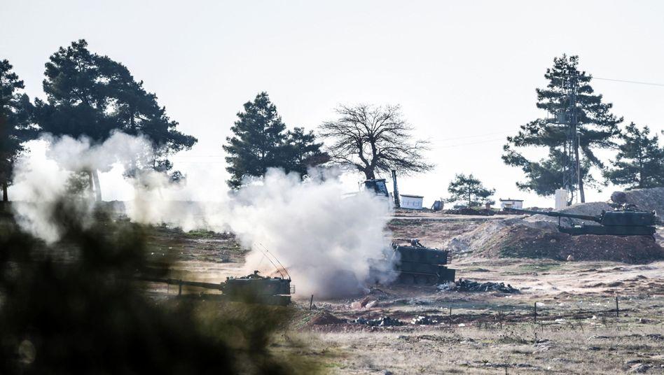 Angriffe auf Kurden: Türkische Panzer feuern nach Syrien