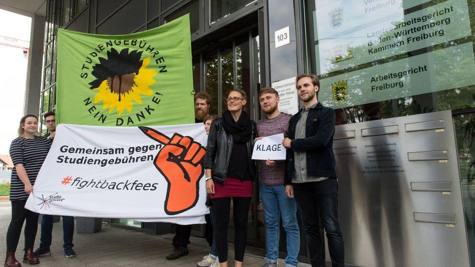 Mitglieder der Studierendenvertretung der Uni Freiburg protestieren vor dem Verwaltungsgericht